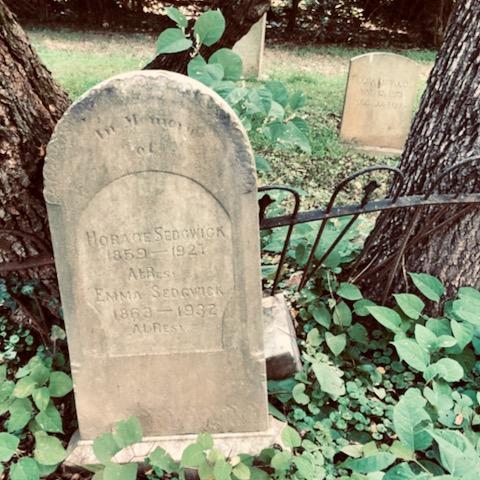 http://zhurnaly.com/images/walk/Haiti-Cemetery_graves_2020-08-26.jpg